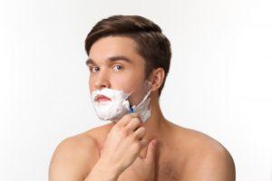 T字カミソリで髭剃り